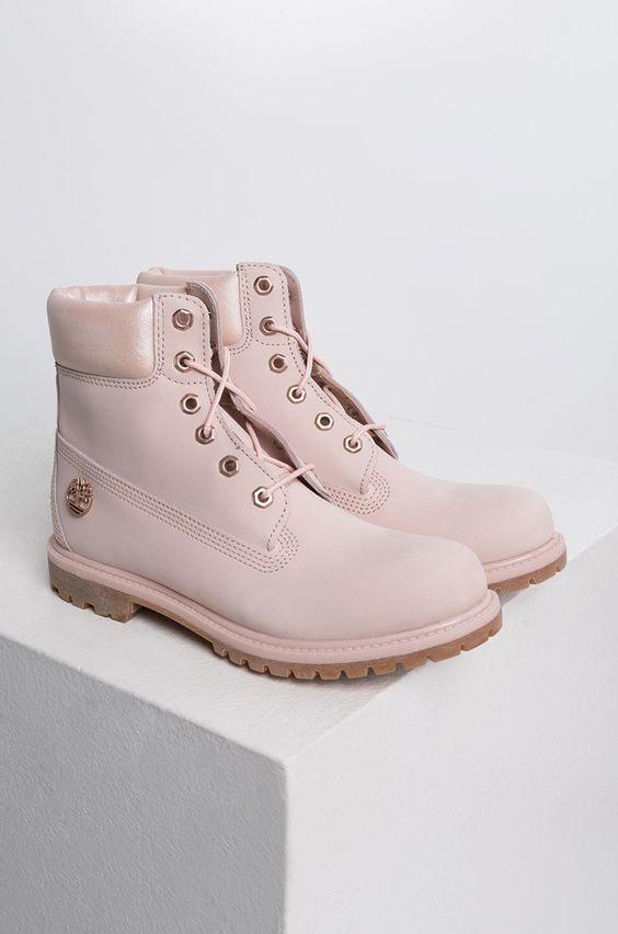 Timberland淡樱花粉色短靴无论搭配什么风格的OOTD都很合适!