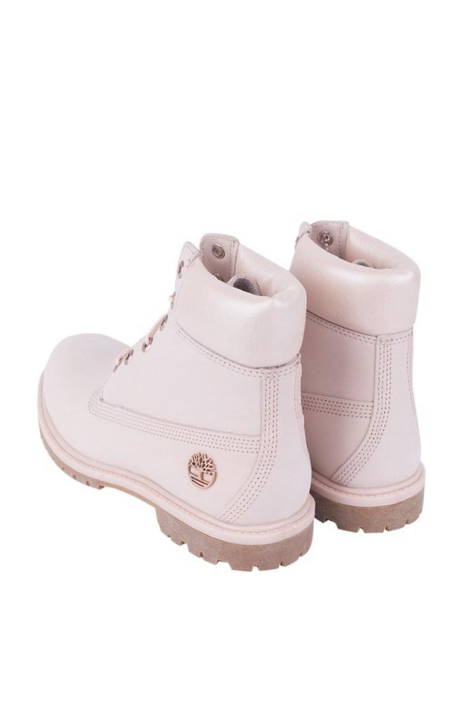 淡樱花粉色鞋面上缀有金属Timberland标志