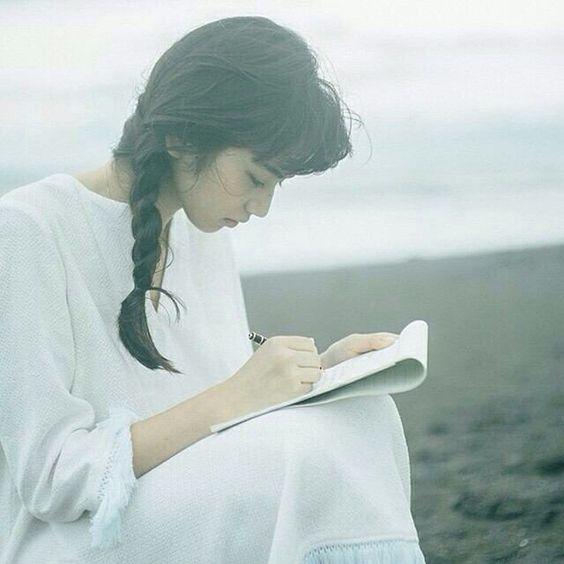 """可是女孩呀,生活终究是由酸甜苦辣、悲欢离合交织而成;人生正因为未知才有惊喜,「生活总会给你另一个机会,这个机会叫""""明天""""」。"""
