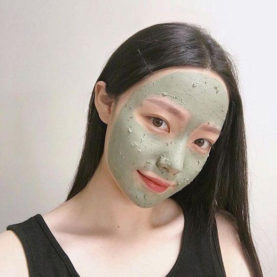 下面来给女生们推荐几款热销、有效帮助改善毛孔粗大和顽固黑头问题的泥面膜给大家参考: