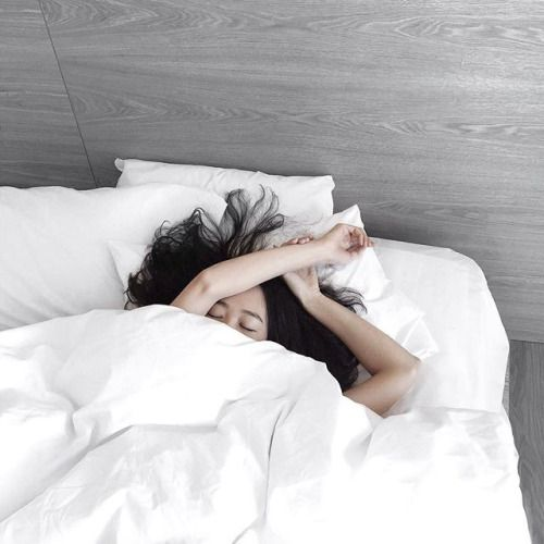 每日维持7小时睡眠 相信很多人都有熬夜、通宵的习惯,但每日睡眠不足7小时的状态下很容易免疫力低下!因此在防疫期间务必确保自己睡眠充足,满7-8小时为最佳。