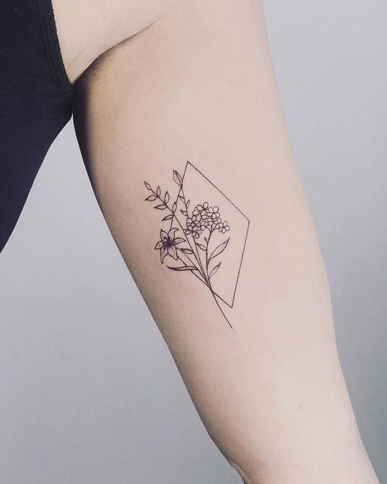 手臂、手腕都是纹身的Ideal位置,时刻展现手上的唯美花卉刺青,回头率绝对MAX~