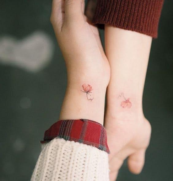 想要刺青却又不想纹上大面积图腾的Girls,小清新、温柔十足的「花卉微刺青」你绝对值得拥有!😍 许多韩国小姐姐们更是和闺蜜一起纹上身当作「姐妹/友情印记」呢~