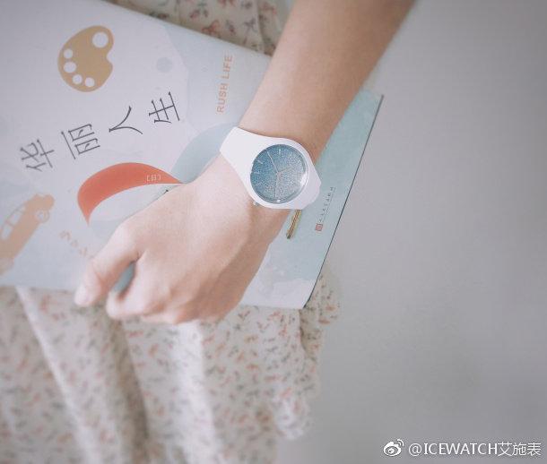 ✨ Ice-Watch ICE lo - White Blue(Small)蓝色星辰 : 像极了湛蓝的天空被团团软软的云朵包裹着~这款真的颜值破表啊!😍而且用来送人有着「将漫天星辰倾注腕间献给你」的寄语,是不是超浪漫呢~ ❤️ RM 399 >> 链接