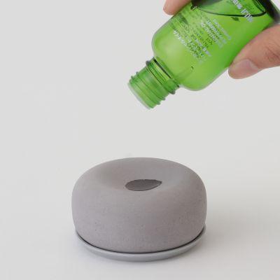 ✨ 扩香石 想要给室内环境增添怡人香气,但又不想用插电式的香薰加湿器,不妨可以选择这款扩香石!设计简约各种style的家居空间都适配,使用方法也很简单:倒上几滴香薰精油就搞定喽~