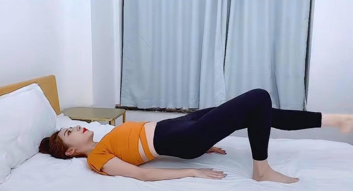 之后平躺屈膝作臀桥姿势,单腿蹬直上下摆动;左右腿各做20*3组。