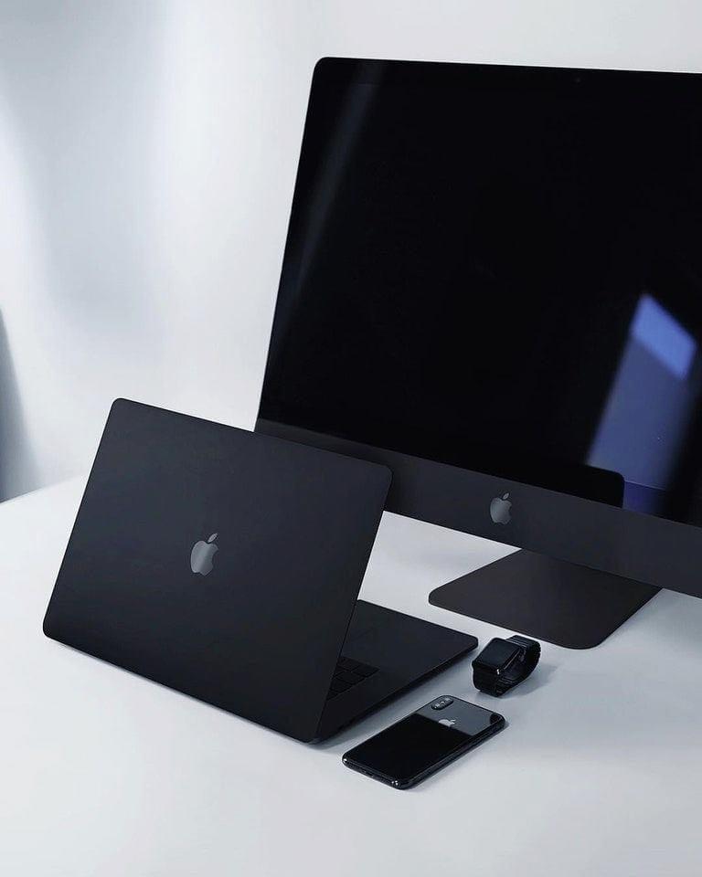 消息指出Apple的消光黑色技术专利采用了阳极氧化层技术,在钢、铝、钛等金属和金属合金材质上都适用,涂上表面后产品能呈现出「超极致哑光雾面黑色」,效果类似于Vantablack,高级感MAX!