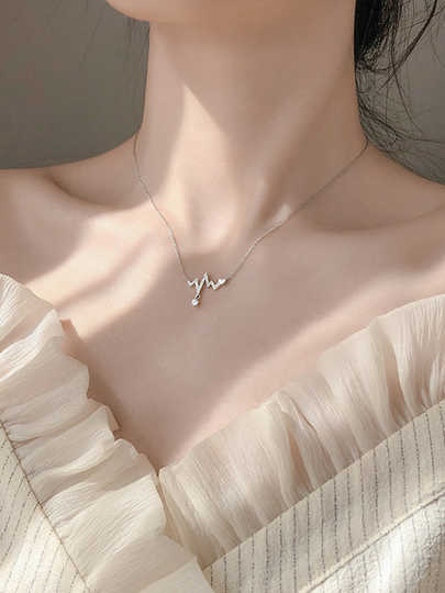 ✨ 脂肪型颈纹:因脂肪堆积让较薄的颈部真皮层肌肤被撑出明显纹路、显得凹凸不平。 可以透过「天鹅颈」肩颈运动拉伸、以及按摩提拉改善。