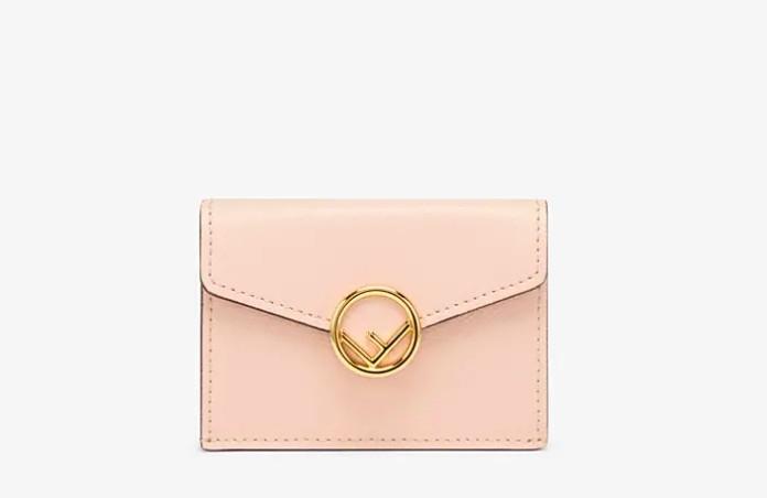 # 粉色钱包推荐:FENDI Micro Trifold 短款钱包 裸粉色钱包搭配金属饰扣,简洁柔美中不失高贵感~