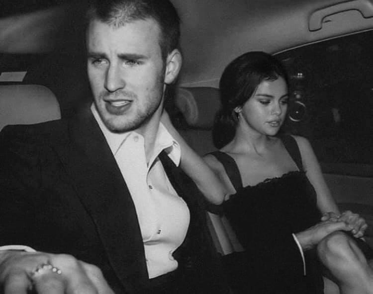 对于Chris Evans和Selena Gomez惊爆恋情,不少眼尖网民秒开启福尔摩斯地毯式搜索(笑)揪出俩人很有可能真的恋爱ing的「实锤证据」。