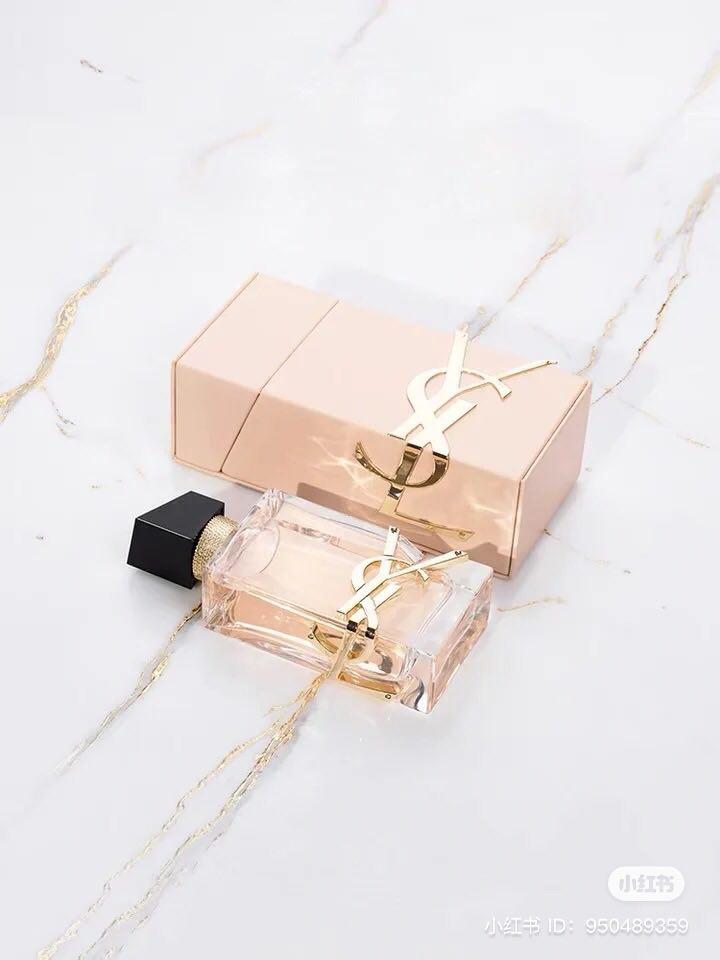 若觉得买一整组的倒数日历礼盒很奢侈,大可以投资 YSL 今年刚推出不久「柔嫩粉」自由之水香水包套组